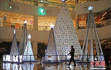 3000余个青花瓷器制作圣诞树