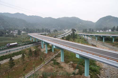 (川)线在我省境内的商州至漫川关高速公路正式建成通车.至此,