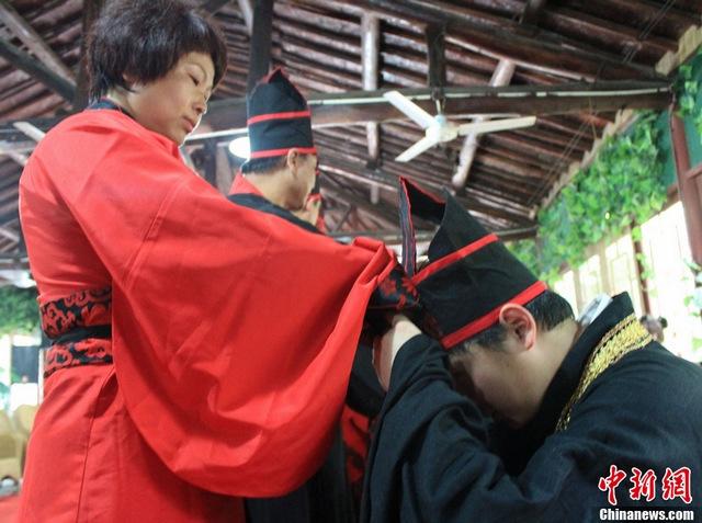西安举行汉服成人礼 加冠祭酒穿越千年(图)
